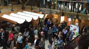Les participants à l'ouverture officielle de la ferme Moore, vus de l'étage supérieur.